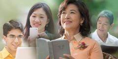 책이나 전자 기기로 성경을 읽는 사람들
