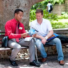 一位耶和華見證人在公園向人傳道