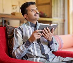 एक आदमी बाइबल पढ़ते हुए मनन कर रहा है