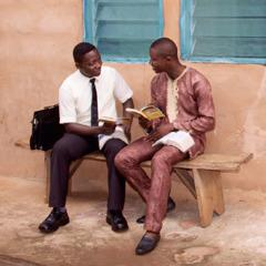 Un Testigu di Yehova ta dirigí un estudio di Beibel ku un hòmber