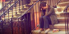 Seorang wanita yang sedang bersedih