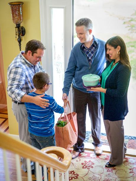 Sepasang suami istri membawakan makanan untuk ayah dan anak lelakinya