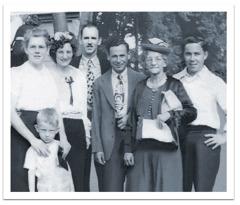 Margaret Walker sammen med Corwin Robison og noen andre