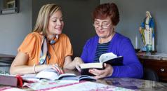 იეჰოვას მოწმე ბიბლიის შესწავლას ატარებს ქალბატონთან, რომელსაც მარიამის ქანდაკება უდგას სახლში