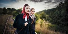 コリンナともう1人の姉妹がシベリアで,集会に出席するために長い距離を歩いている