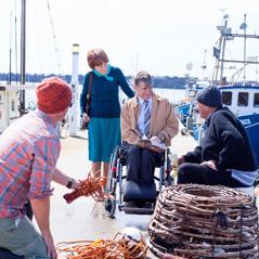 شاهدان ليهوه يكرزان على رصيف ميناء