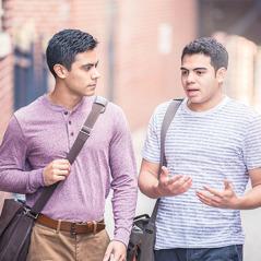 Jeden bratr pozorně naslouchá druhému