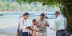 Йәһвә Шаһитләре Тринидад утравы яр буенда бер балыкчыга вәгазьли