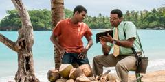 Posebni pionir v Dominikanski republiki z Biblijo oznanjuje dobro novico moškemu.