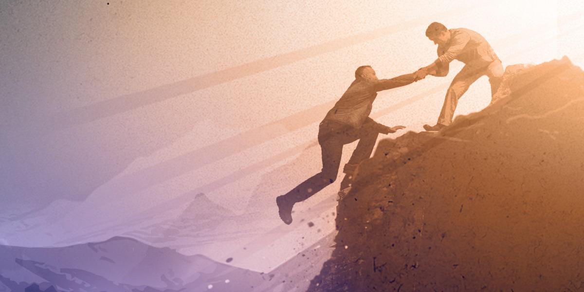 Um homem escorrega de um penhasco enquanto outro homem agarra a mão dele e o puxa para cima