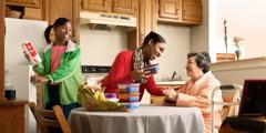 Een zuster en haar dochter die eten brengen bij een oudere zuster