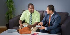 Een broeder helpt een nieuwe verkondiger zich voor te bereiden op de velddienst