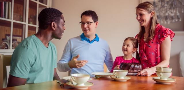 Een gezin dat iemand uit het buitenland bij hen thuis heeft uitgenodigd