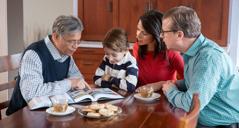 Um irmão fiel de mais idade contando as coisas que ele já fez no serviço de Jeová