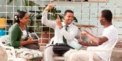 Анголӑри Бенгела хулинче ятарлӑ пионерсем илтмен ҫынсен чӗлхипе Библи вӗренеҫҫӗ