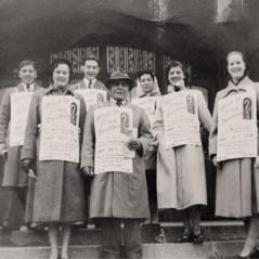 1953年に,デントン・ホプキンソンが他の兄弟姉妹と一緒に公開講演の宣伝をしている