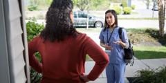 腹を立てた女性に話しかけている介護士