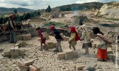 Երեխաները ստրկական աշխատանք են անում աղյուսի գործարանում