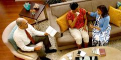 Bračni par teši uplakanu ženu stihovima iz Biblije