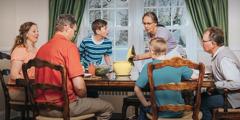 Margaret i njena obitelj za stolom