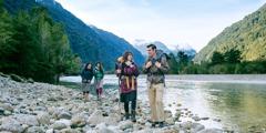 Penyiar di Cile menyusuri sungai yang melewati hutan dan Pegunungan Andes yang bersalju untuk mengabar di daerah terpencil