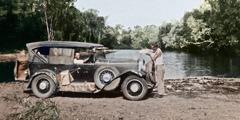 Ο Τζορτζ Ρόλστον και ο Άρθουρ Γουίλις γεμίζουν το ψυγείο του αυτοκινήτου τους στο Διαμέρισμα Βορείου Εδάφους της Αυστραλίας το 1933