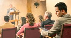 Un frère déconcerté à la lecture devant la congrégation d'une décision prise par les anciens