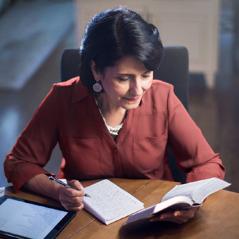 Een zuster die de Bijbel leest en erover mediteert