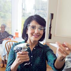 Een zuster die een klusje doet in het huis van een oudere zuster