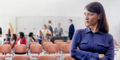 אחות כועסת באסיפה