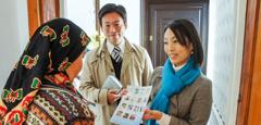Atsuko kuulutab naisele korteris