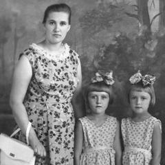 Maria Sivulsky wali na ŵana ŵake ŵasungwana, Olga na Irina, mu 1965