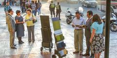 Йәһвә Шаһитләре Сан-Сальвадорда (Сальвадор) стенд белән вәгазьли