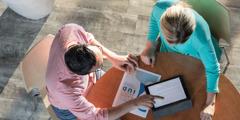 Een echtpaar dat informatie over het gebruik van het spiraaltje bestudeert