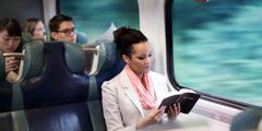Mwanamuke anasoma Biblia katika treni