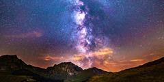 山々の上に輝く満天の星