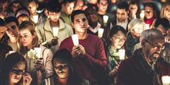 Ožalošćeni ljudi drže svijeće