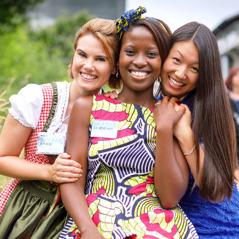 Três jovens irmãs de raças diferentes
