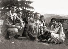 Edward Bazely y un grupo de personas en una asamblea de circuito en la India en1948