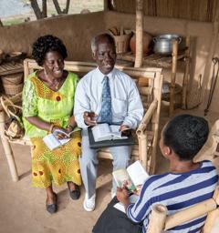 Un frère d'expérience et sa femme dirigent un cours biblique