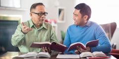 Un frère d'expérience encourage un frère plus jeune