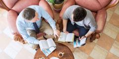 Um irmão dirigindo estudo para um homem com o livro Você Pode Entender a Bíblia!