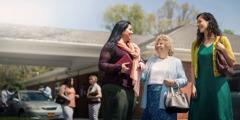 Diana cumprimenta irmãs do lado de fora do Salão do Reino
