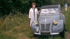 Danièle Bockaert seisoo heidän pienen autonsa vieressä