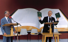 Jean-Marie Bockaert tulkkaa veli Theodore Jaraczin puhetta Pariisin konventissa vuonna 1988