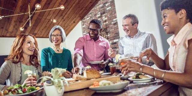 Amigos de diferentes razas disfrutando de una comida