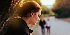 Uma mulher ao ar livre chorando