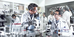 Unos científicos trabajando en su laboratorio