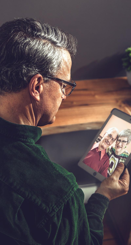 Uno de los científicos que apareció antes tiene en las manos una fotografía del matrimonio que aparecía en el primer artículo