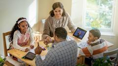 Unos padres ayudan a sus hijos a prepararse para el Estudio de La Atalaya